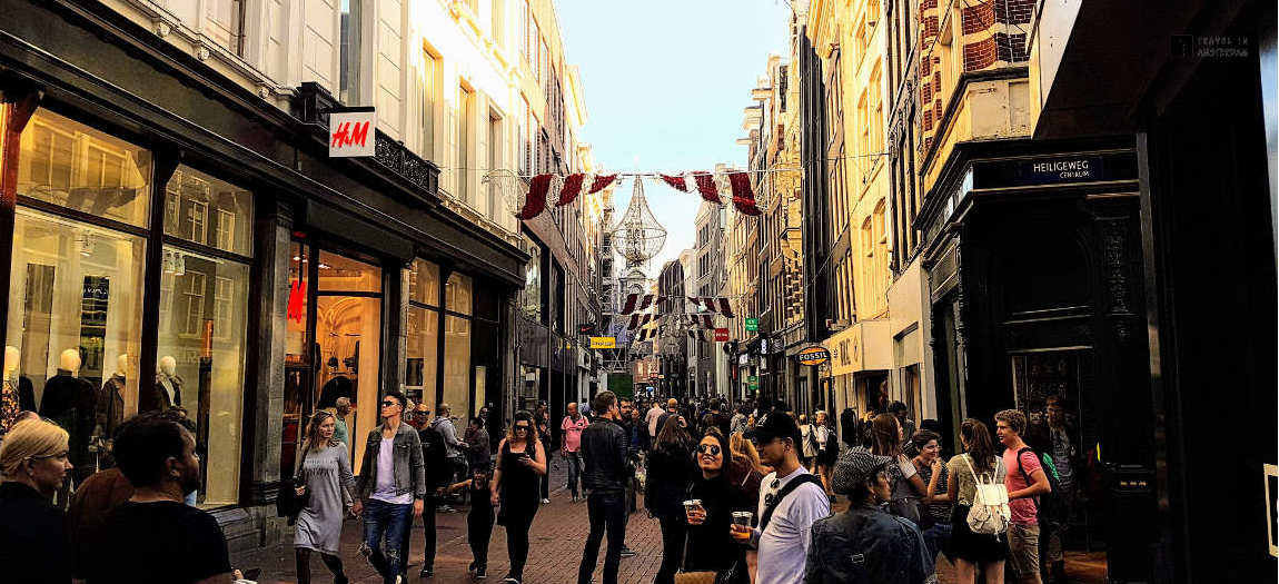 People shopping in the Kalverstraat in Amsterdam